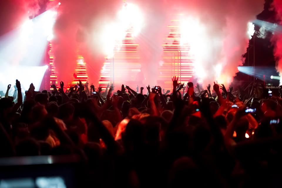 Scena i tłum podczas festiwalu Audioriver